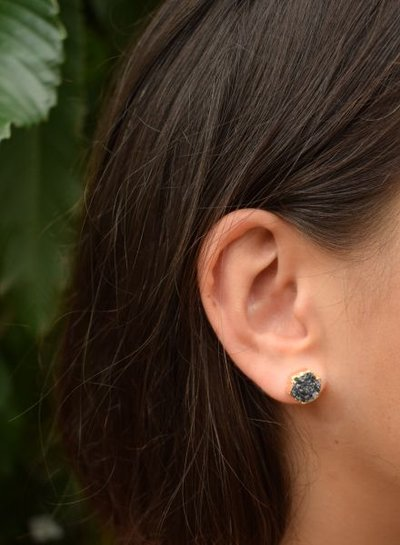 Minimalist chic nature stone statement earrings zwart