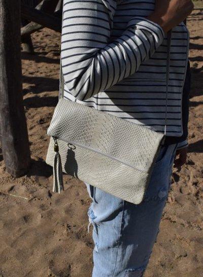 Coole slangenprint crossbody enveloptas wit