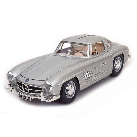Modelauto Mercedes Benz 300 SL Coupe 1954 zilver 1:18   Bburago