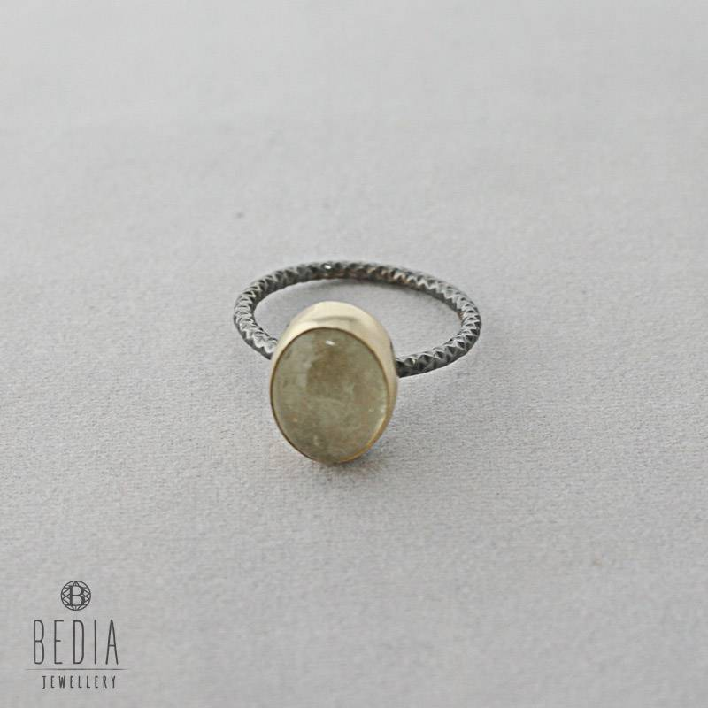 Ring met ijskristal steen