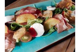 Frisse Salade met Rauwe Ham, Perzik en Frambozendressing