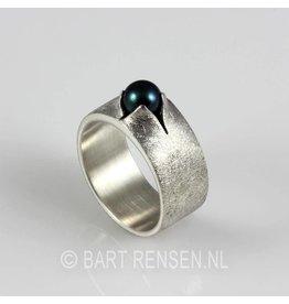 Ring met zwarte parel