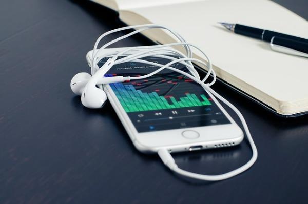 iPhone met koptelefoon