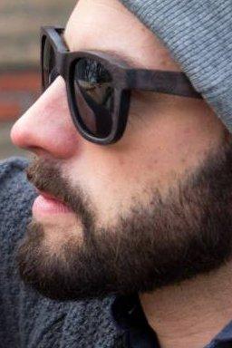 De houten zonnebril is uit de mode