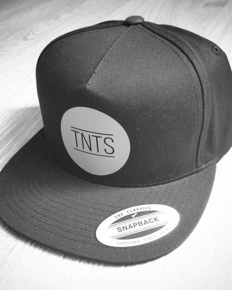 TNTS Zwarte Premium Snapback, TNTS rond logo