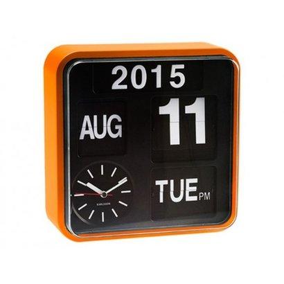 Karlsson Retro Flip klok Big Time met jaar, dag en datum aanduiding. Oranje kast met zwarte wijzerplaat.