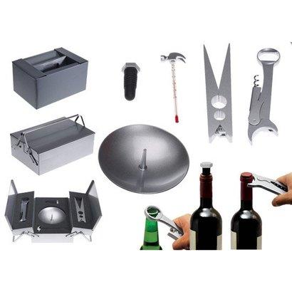 meta[l]morphose wijn gereedschapskist met notenkraker, kurkentrekker, thermometer, noten bord, flesopener en fles stop.