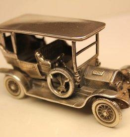 Zilveren miniatuur antieke auto
