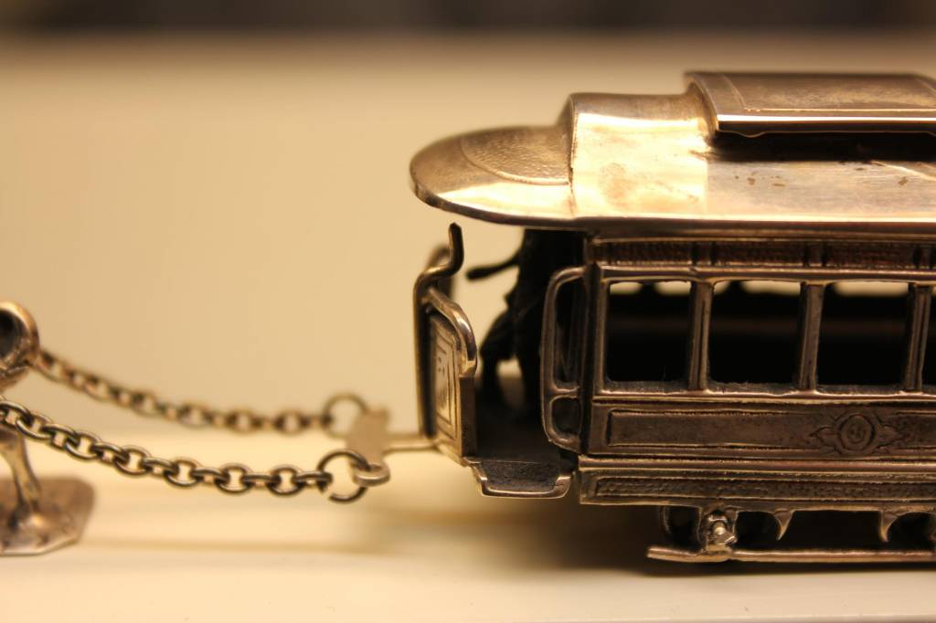 Zilveren miniatuur tram met paard