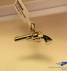 Vintage 18 carat gold revolver pendant with black enamelled grip
