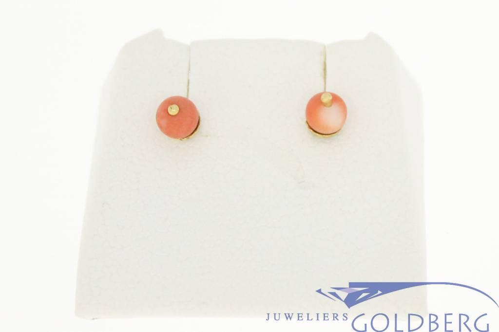 Delicate 14k gouden vintage oorstekers met kleine bloedkoraal