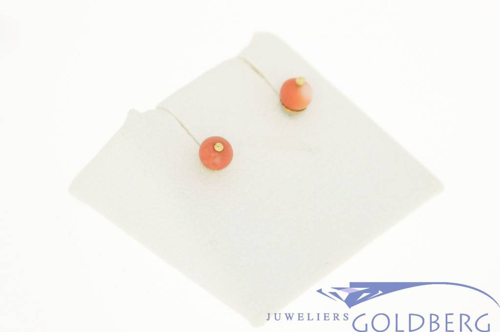 Delicate 14 carat gold vintage earstuds with red coral