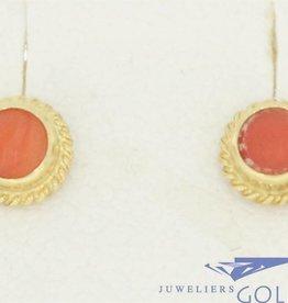 Kleine vintage 14k gouden oorstekers met bloedkoraal