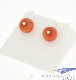 Unieke 14k gouden vintage oorstekers ronde bloedkoraal