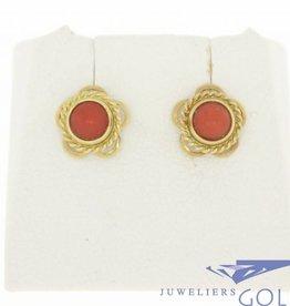 Lieflijke bloemvormige 14k gouden vintage oorstekers met bloedkoraal