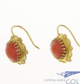 Vintage 14k gouden bloemvormige oorhangers met bloedkoraal