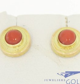 Vintage 14k gouden cirkelvormige oorstekers met bloedkoraal