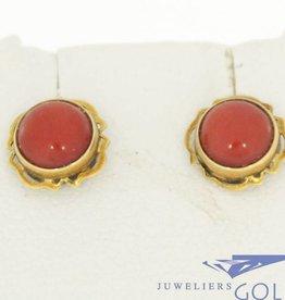 Sierlijke vintage 14k gouden oorstekers met bloedkoraal