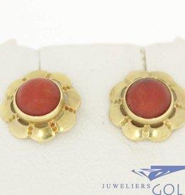 Vintage 14k gouden bloemvormige oorstekers met bloedkoraal
