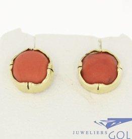 Vintage 14k gouden oorstekers met grote lichte bloedkoraal