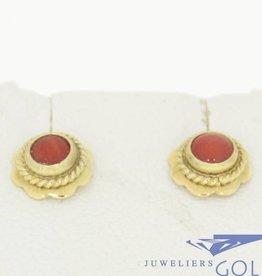 Vintage 14k gouden kleine oorstekers met donkere bloedkoraal in bloemvorm