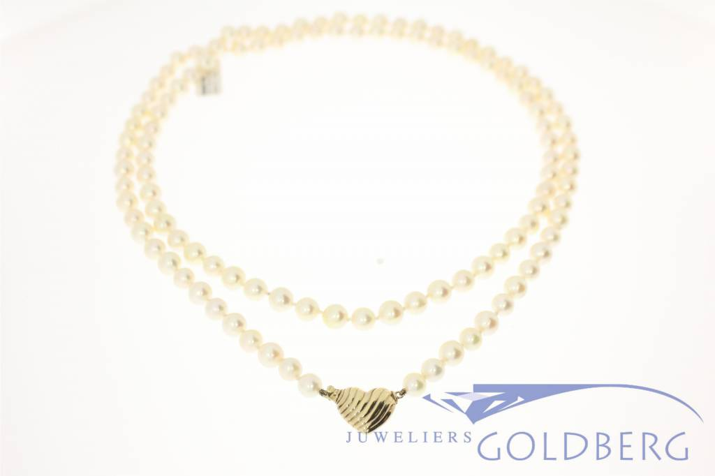 Vintage pearl necklace with gold lock