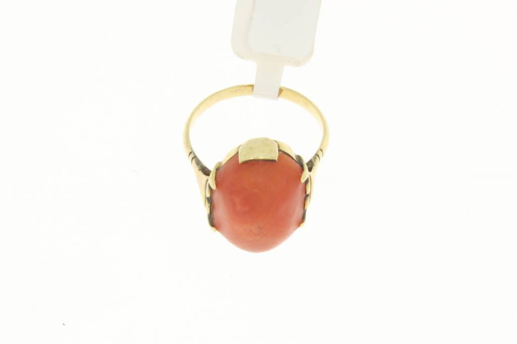 Vintage 14 carat gold ring with large oval shaped red coral