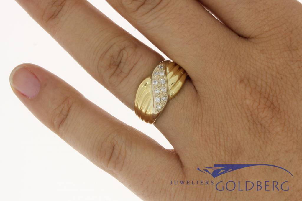 Robust 18 carat gold vintage ring with a total of approx. 0.20c brilliant cut diamond