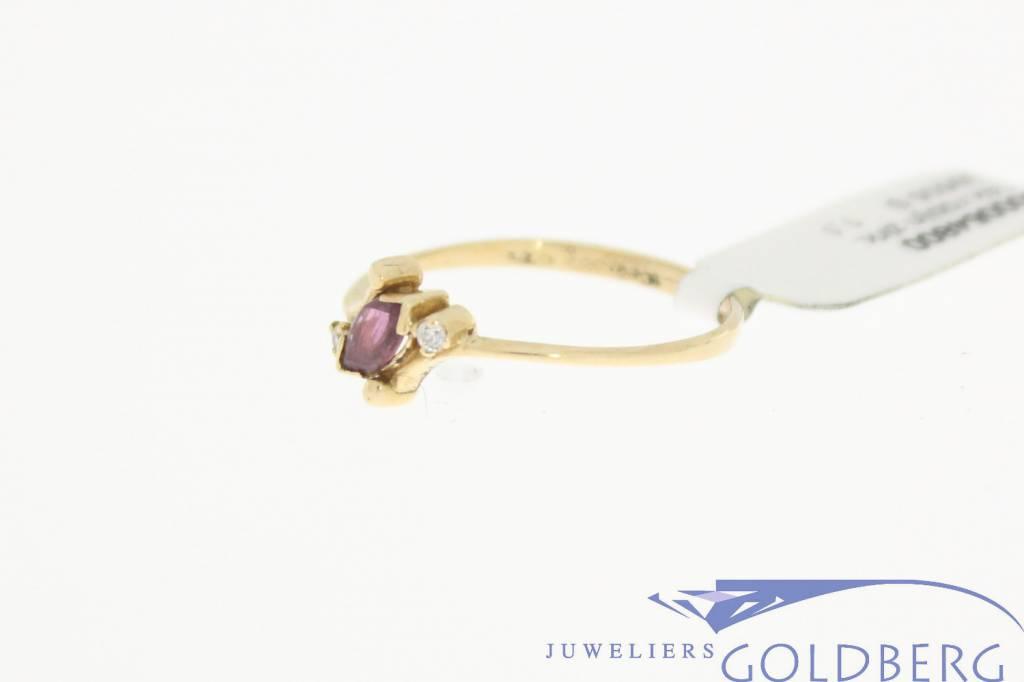 Lieflijke 14k gouden vintage ring met robijn en zirconia
