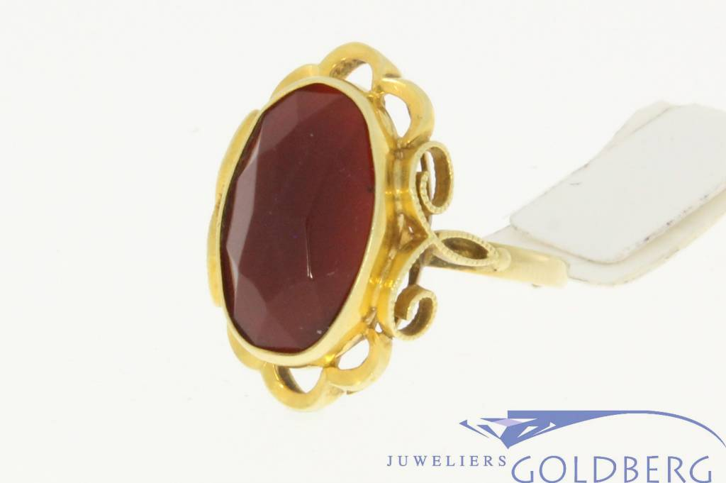 Vintage 14 carat gold ring with carnelian in floral ornament