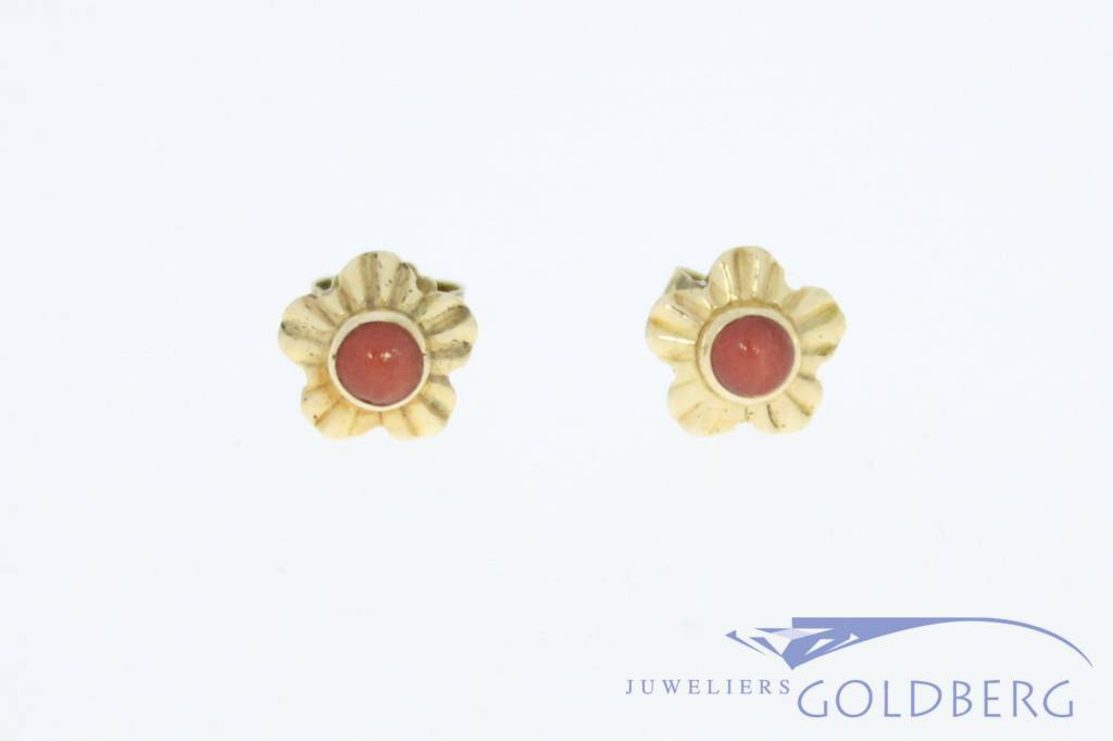 Vintage 14 carat gold edited and flower-shaped ear studs with red coral