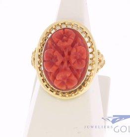 Grote vintage 14k gouden versierde ring met bloedkoraal