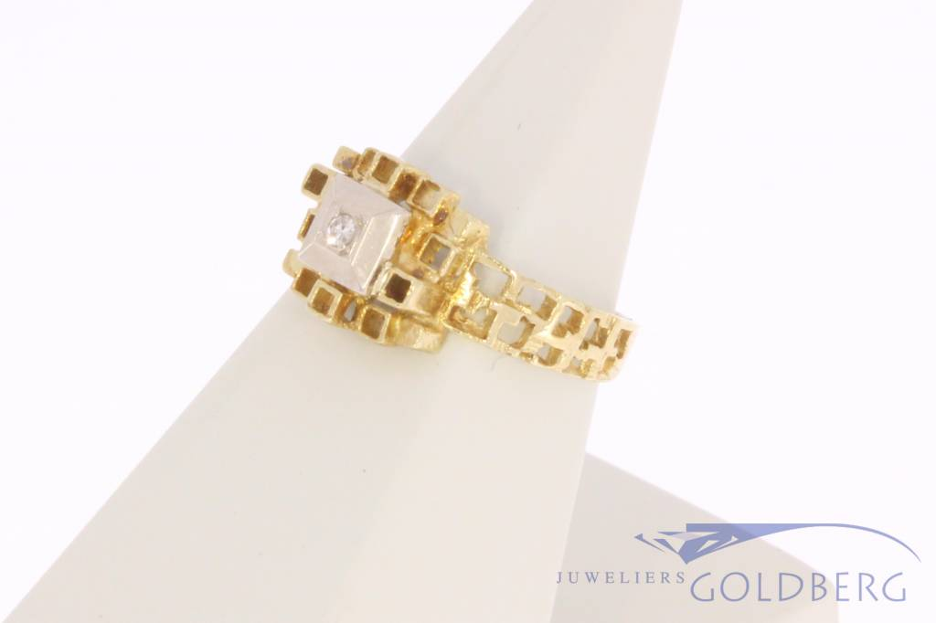 Uniquely crafted 14 carat gold solitair ring with ca. 0.02ct diamond
