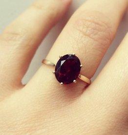Vintage 14 carat gold ring with oval-shaped garnet