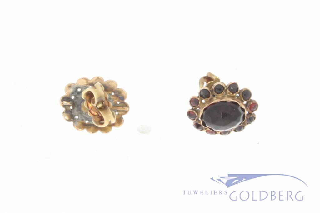 Antique 14 carat gold earstuds with garnet