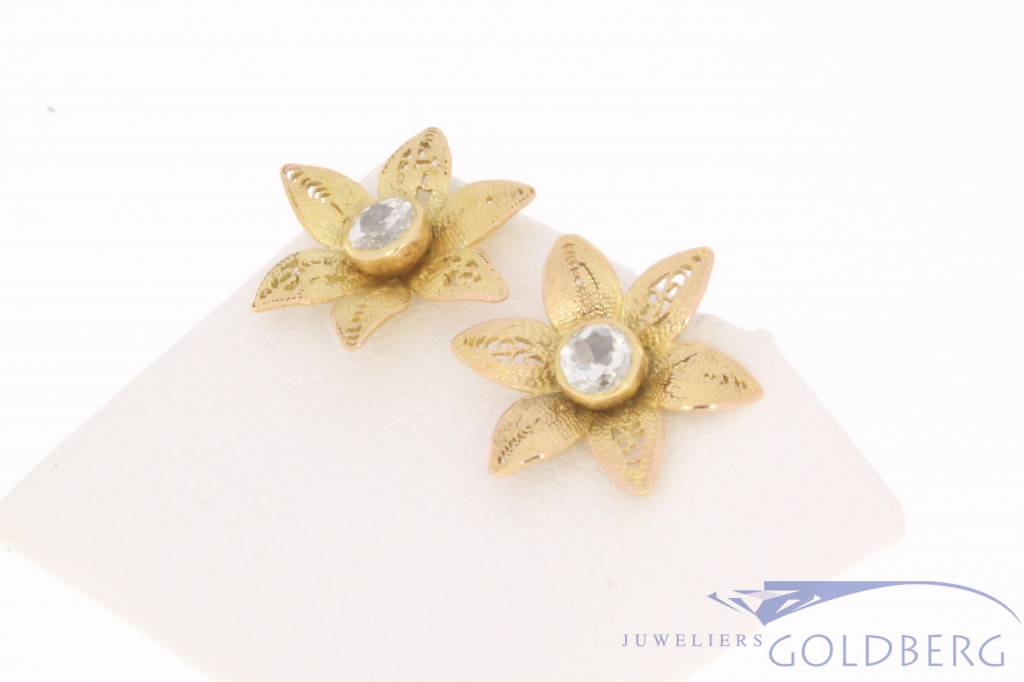 Vintage 14 carat gold flower-shaped ear studs with ca. 0.40ct diamond
