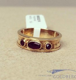 Robust vintage 14 carat gold edited ring with garnet
