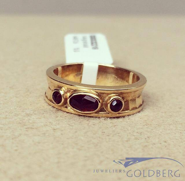 Robust vintage 14 carat gold edited ring with garnet