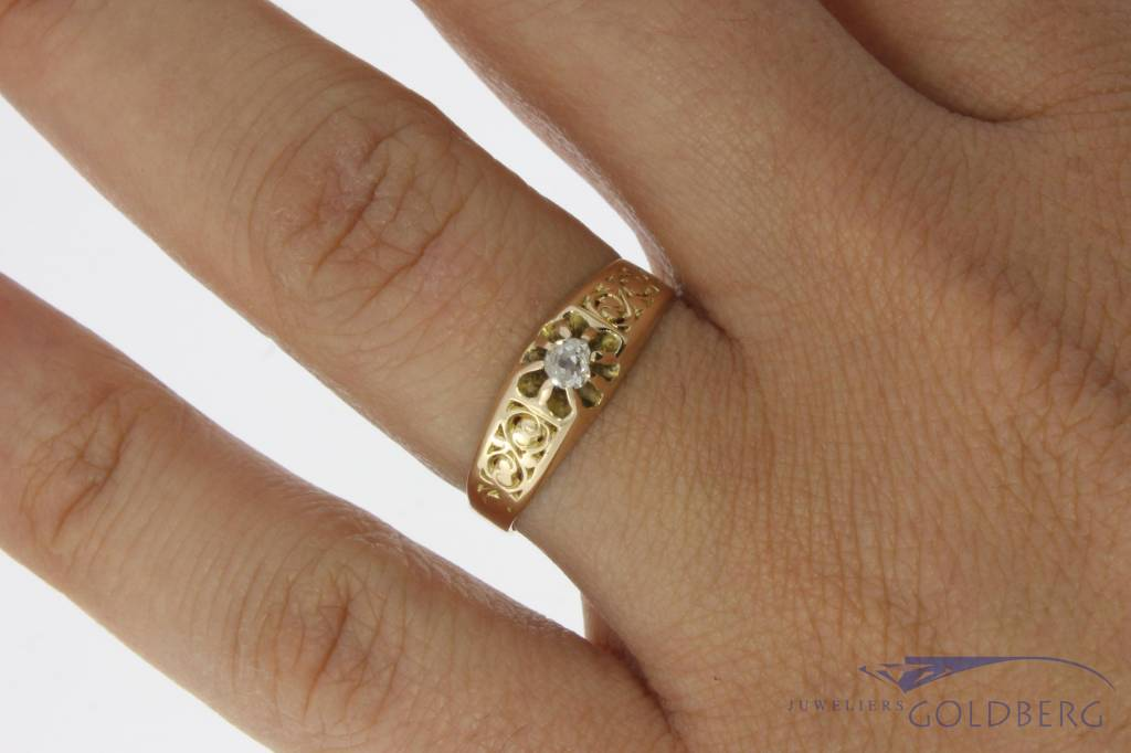Antique 14 carat gold adorned solitair ring with diamond