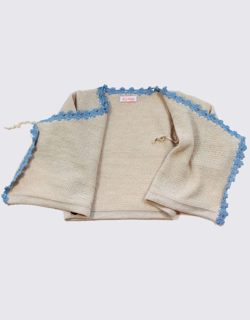 Alpaca vest in gebroken wit met overslag, zachtblauw crochet en houten knopen