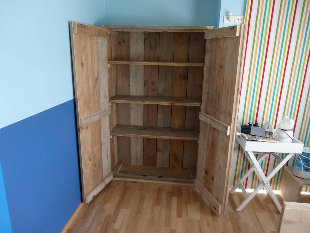 farstad schrank aus bauholz pure wood design. Black Bedroom Furniture Sets. Home Design Ideas