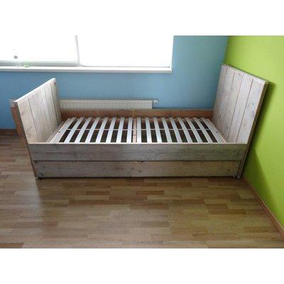"""Moland"" Bett aus Bauholz"