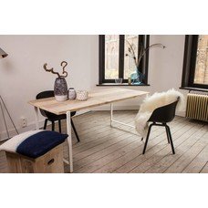 """""""Nordby"""" Tisch aus Bauholz mit schwebender Tischplatte und Stahlbeinen"""