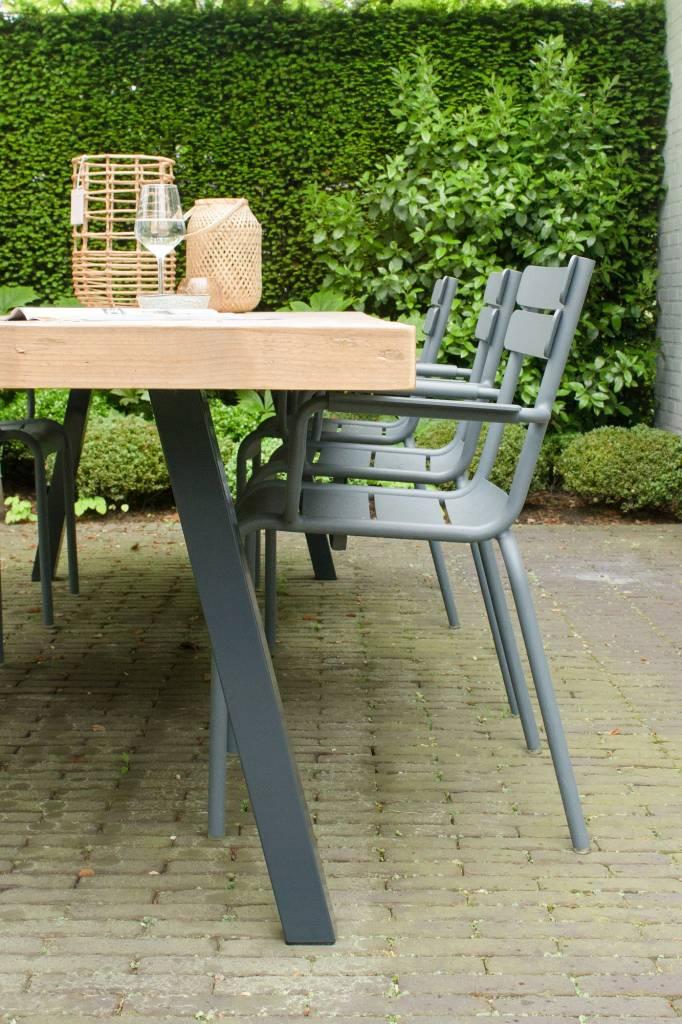 arendal garten tisch aus bauholz mit schr gen beinen aus stahl pure wood design. Black Bedroom Furniture Sets. Home Design Ideas