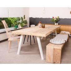 """""""Arendal"""" Tisch aus Bauholz mit schrägen Stahlbeinen"""