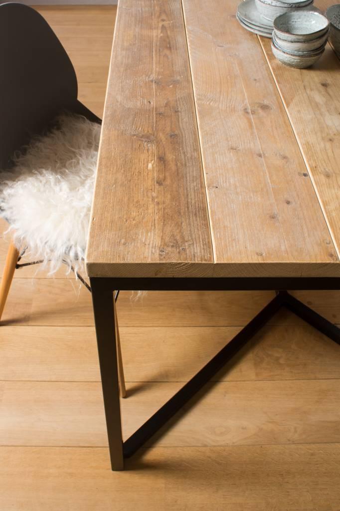 farstad industrieller bauholz tisch untergestell aus stahl kreuzform pure wood design. Black Bedroom Furniture Sets. Home Design Ideas