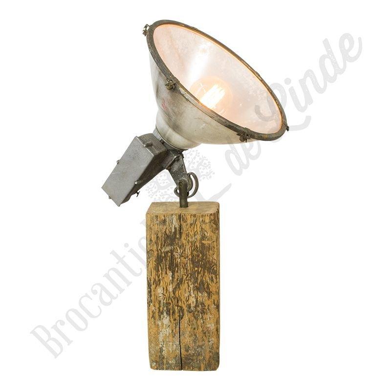 """Oude stadionlamp """"Arena"""" op houten blok"""