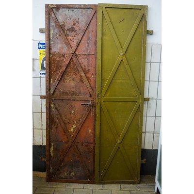 Set antieke metalen gevangenis deuren