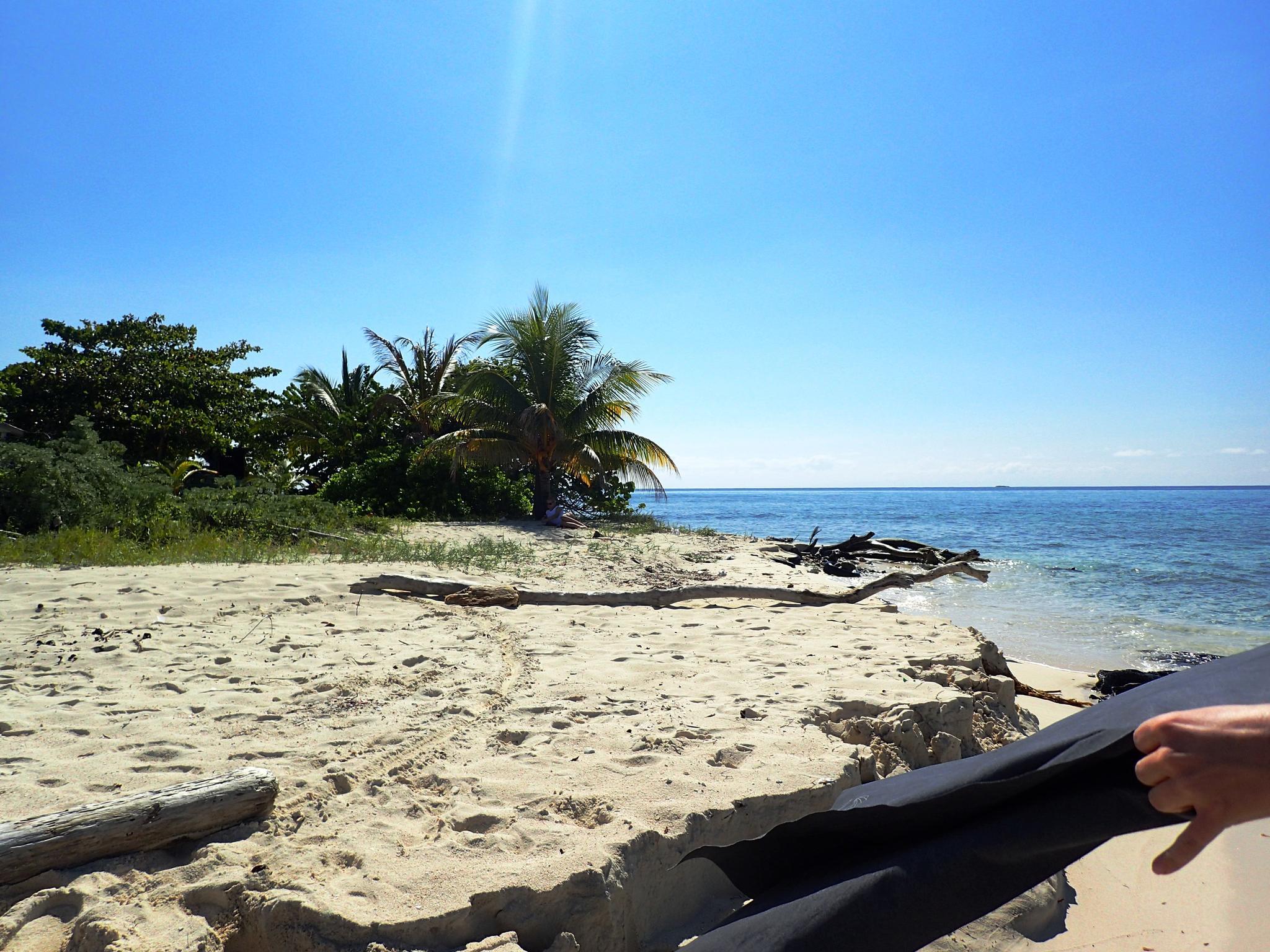 Das Sporthantuch kräftig schütteln under Sand bleibt am Strand