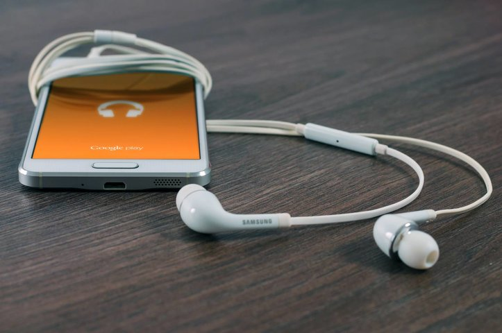 6 tips om stof uit je earpod aansluiting te halen